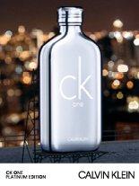 Stark. Dynamisch. Glänzend. CK ONE PLATINUM EDITION ist ein neuer Ausdruck des ikonischen Duftes CK ONE und ein Teil der CK ONE Duftfamilie.