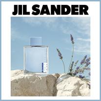 Inspiriert von der Wärme eines Sommertages und dem hellen Blau des Meeres kombiniert dieser Duft Noten von Lavendel und Rosmarinessenz zu einer sonnig-holzigen Mischung.
